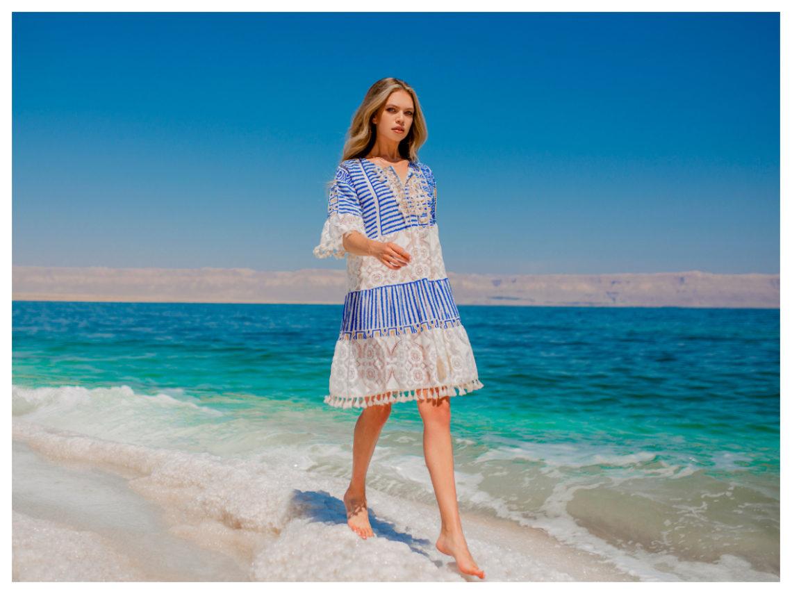Sukienka midi niebieska z koronką na rękawach