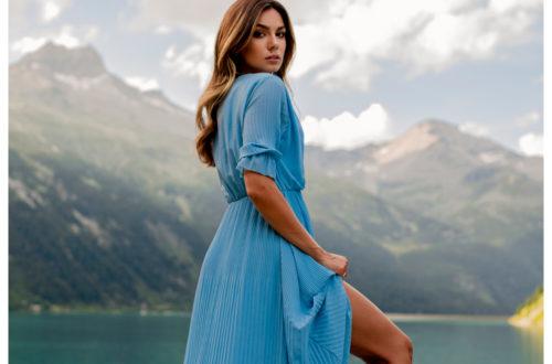 Sukienki z rozcięciem błękitne